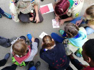 Kinder beim Rätseln